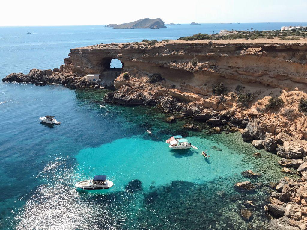 Conoce la Cueva y la Cala de Sa Figuera Borda en San José Ibiza