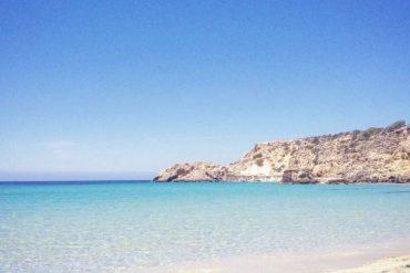 Sumérgete en las Aguas Cristalinas de Cala Tarida en el Sur de Ibiza