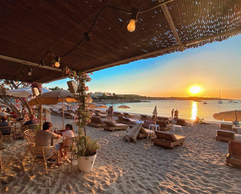 Conoce el precioso Beach Club Alma Beach en Es Port d'Es Torrent