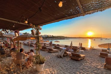 Conoce el precioso Beach Club Alma Beach en Es Port d'Es Torrent